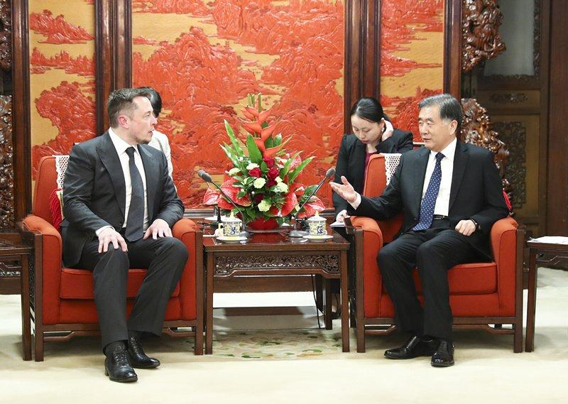 Musk and Chinese Vice Premier Wang Yang in 2017